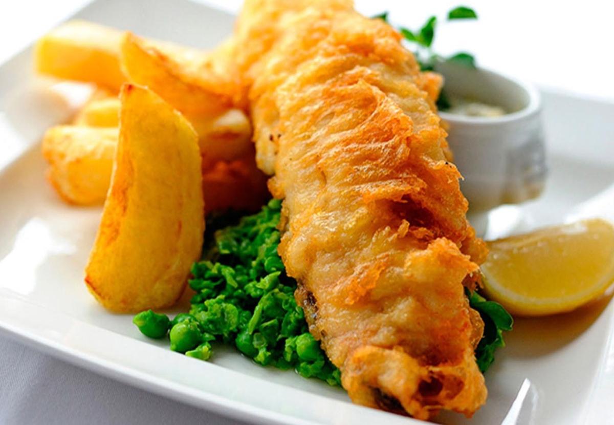 Fish and chips (pescado con patatas fritas al estilo inglés)