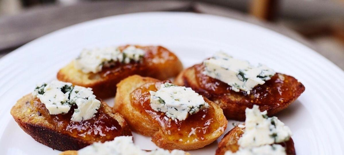 Aperitivos de mermelada de higo y queso azul